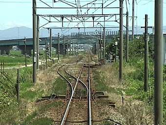 下り第1閉塞信号(左)と信号場の場内信号 一線スルーなので下り通過列車は右側通行 右端にチラッと